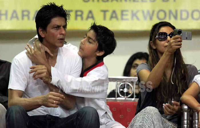 Shahrukh khan whith his wife and children